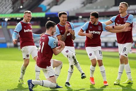 West Hamin Jesse Lingard juhlii toista maalia joukkuekavereiden kanssa.