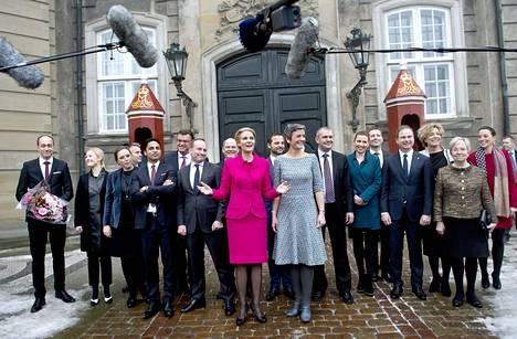 Pääministeri Helle Thorning-Schmidt (keskellä) esitteli uuden hallituksensa Kööpenhaminassa maanantaina.