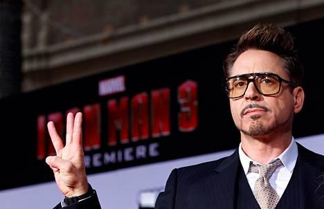 Robert Downey Jr. tervehti fanejaan Iron Man 3 -elokuvan kutsuvierasnäytöksessä huhtikuussa Hollywoodissa.