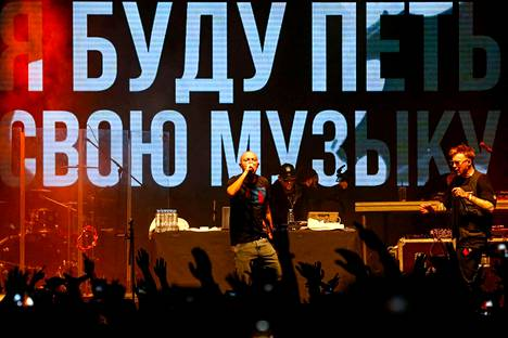 Räppäri Oxxxymiron esiintyi 26. marraskuuta moskovalaisella klubilla järjestetyssä tukikonsertissa. Konsertilla haluttiin protestoida venäläisen rap-artisti Huskyn vangitsemista.