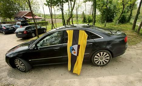 Liberlandin kansalaisiksi haluavia on kokoontunut alueen lähikyliin toukokuun alusta lähtien. Heillä on tapana esitellä valtionsa lippua, kuten tässä autoilija tekee Backi Monostorin kylässä Serbian puolella rajaa.