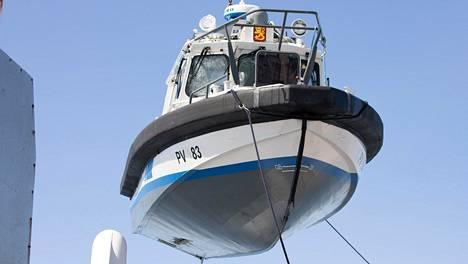 Loviisan edustalla juhannuspäivänä karille ajanutta ja uponnutta merivartiovene PV 183 nostettiin keskiviikkona 24. kesäkuuta. Nosto-operaatiota oli suorittamassa Rajavartiolaitoksen lisäksi pelastuslaitoksen ja poliisin yksikköjä.