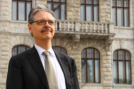 Korkeimman hallinto-oikeuden presidentti Pekka Vihervuori saa Suomen Valkoisen Ruusun suurristin.