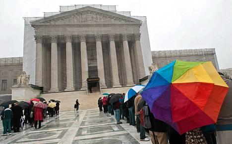 Ihmiset jonottavat korkeimpaan oikeuteen maanantaina Yhdysvaltain Washingtonissa. Homoliittojen puolesta on puhunt muun muassa presidentti Barack Obama.
