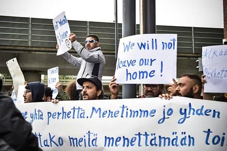 Turvapaikanhakijoiden palautuksia vastustava mielenosoitus Maahanmuuttoviraston edessä Helsingissä syyskuussa 2017.