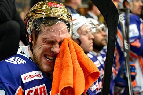 Ville Nieminen pyyhki hikeä Tapparan vaihtopenkillä.