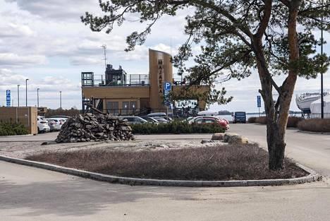 """Nokkalan Majakka avattiin vuonna 2016. Vaikka Matinkylän ja Haukilahden rannassa on useita kahviloita ja ravintoloita, ei vastaavanlainen tarjonta Espoossa ole kovin yleistä, sanoo ravintolapäällikkö Salla Eräkare. """"Mieluummin asiakkaat tulevat rantaan kuin kauppakeskukseen. Tämä sijainti on oma elämyksensä."""""""