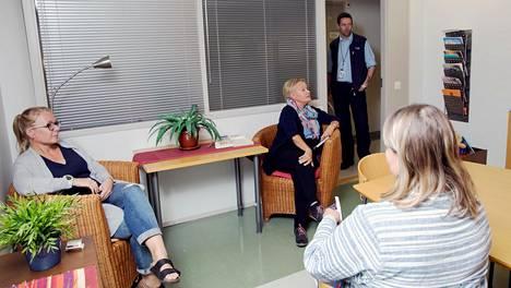 Espoon keskuksen lastensuojelussa työskentelevät Riina Mattila (etualalla), Elina Apponen, Pirjo Tikkanen ja vahtimestari Michael Ekblom keskustelivat Espoon keskuksen lastensuoj.