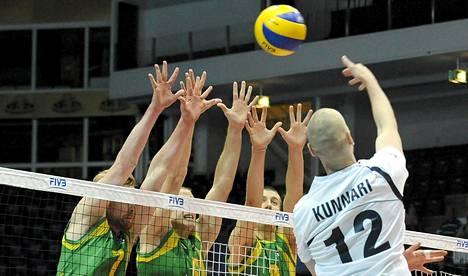 Olli Kunnari pudotti pallon Australian puolustuksen yli.