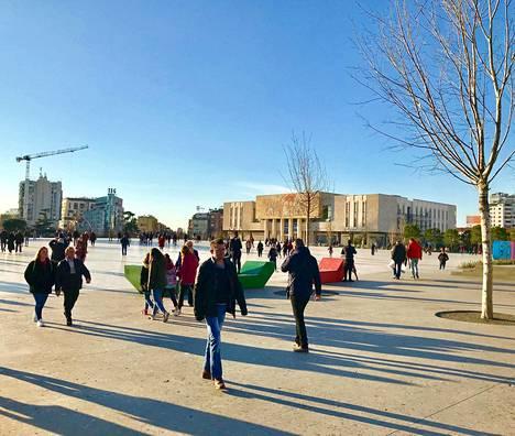 Pääkaupunki Tirana ei ehkä ole kaunis kaupunki, mutta ihmisläheinen se on.
