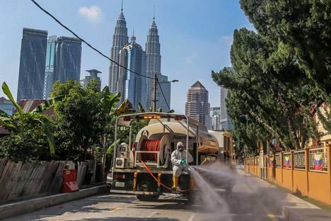 Pandemian alkupuolella on näyttänyt siltä, että koronavirus ei leviäisi yhtä tehokkaasti kosteissa ja lämpimissä maissa. Malesian pääkaupungissa Kuala Lumpurissa levitettiin viime viikolla desinfiointiainetta kaduille.