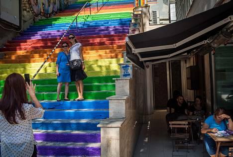 Hüseyin Cetinelin koristamat portaat nousevat hänen vävynsä omistaman kahvilan vierestä.