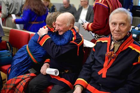 Girjásin saamelaisyhteisön edustajat halasivat, kun Ruotsin korkein oikeus tuomitsi valtion kanssa käydyn kymmenvuotisen oikeusjutun heidän edukseen.
