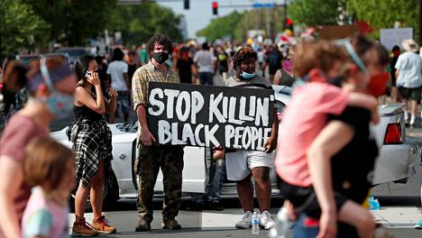 Mielenosoittajat kerääntyivät vastustamaan mustien syrjintää ja poliisiväkivaltaa tiistaina Minneapolisissa. Minneapolisilainen George Floyd kuoli maanantaina pidätystilanteessa.