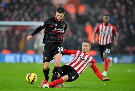 Liverpoolin Adam Lallana (vas.) ja Southamptonin Steven Davis taistelivat pallosta sunnuntaina Valioliigassa.