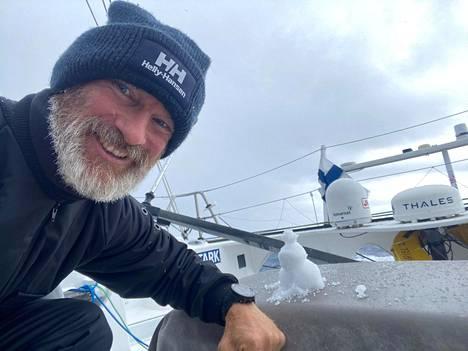 Ari Huusela teki pienen lumiukon veneensä kannelle.