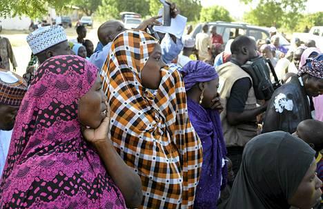 Joukko siepattujen koululaisten äitejä tapasi osavaltion kuvernöörin Chibokin kylässä tiistaina.