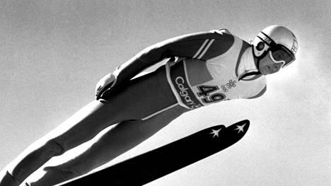 Matti Nykänen 90-metrin mäessä Calgaryn olympialaisissa.