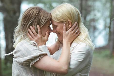 Emmi Parviainen ja Laura Birn Seurapeli-elokuvassa.