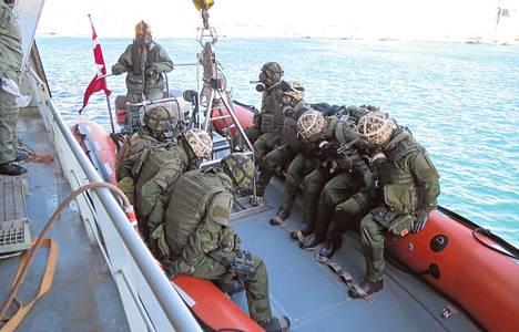 Suomalainen osasto harjoitteli liikkeellelähtöä tanskalaiselta fregatilta joulukuussa. Harjoituksen aiheena oli kemikaalionnettomuus läheisellä rahtilaivalla.
