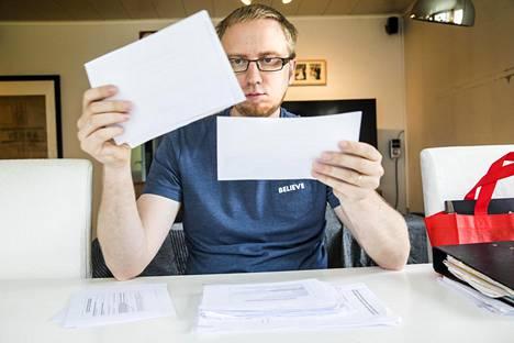 Uusi vaihtoehto -eduskuntaryhmän ryhmän puheenjohtaja, kansanedustaja Simon Elo pitelee käsissään kannatuskortteja, joita ryhmän jäsenet ovat keränneet puoluerekisteriä varten. Elon mukaan koossa on noin 2000 korttia.