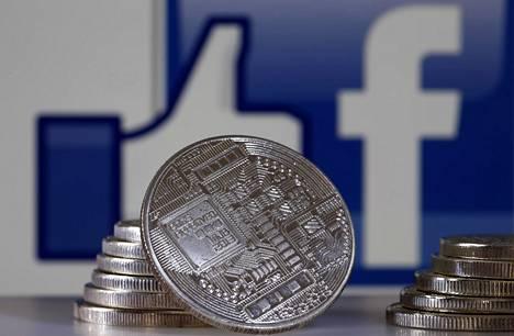 Kuvituskuvassa kryptovaluuttaa symboloivia kolikoita Facebookin tunnusten edessä.