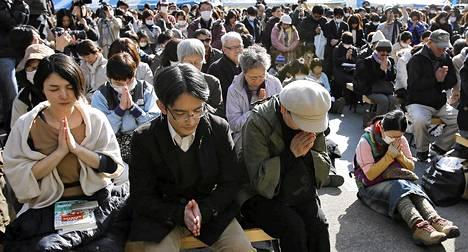 Ihmiset hiljentyivät muistelemaan tsunamin ja maanjäristyksen uhreja maanantaina Tokiossa.