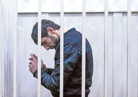Boris Nemtsovin murhasta syytetty Zaur Dadajev maaliskuussa Moskovan oikeustalossa. Murhan tilaajaa on etsitty Dadajevin tarinan perusteella.