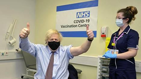 Britannian pääministeri Boris Johnson tuuletti saatuaan ensimmäisen pistoksen Astra Zeneca -koronarokotetta St Thomas' -sairaalassa Lontoossa perjantaina.