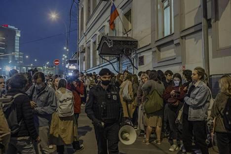 Nastja Jakubovskaja (toinen oik.) odotti keskiviikkoiltana yhdessä kiinniotettujen Doxan toimittajien kollegoiden ja tukijoiden kanssa Basmannyin oikeustalolla tietoja vangitsemisoikeudenkäynnistä.