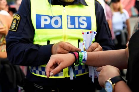 Poliisit kampanjoivat viime vuoden Bråvalla-festivaaleilla seksuaalista häirintää vastaan.