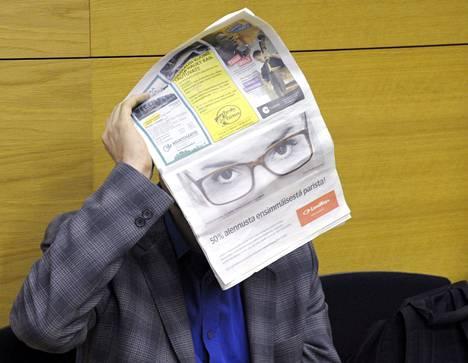 Valelääkäriepäilty Juhani Zarianov peitti kasvonsa käräjäoikeudessa.