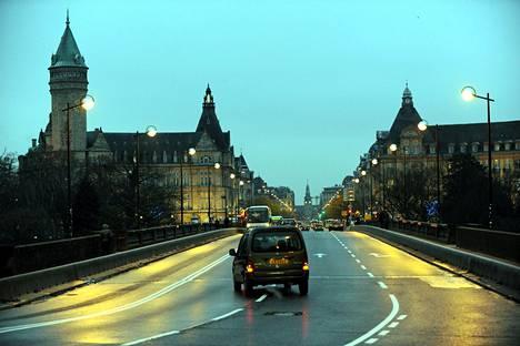 Luxemburgin valtionpankki ja Adolphen silta iltavalaistuksessa Luxemburgin kaupungissa 2008.