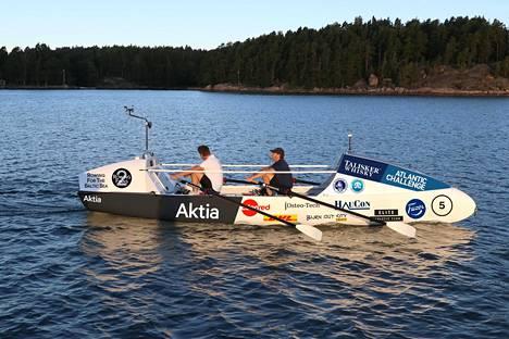 Markus Mustelin ja John Blässar pääsivät viime syksynä soutamaan valtamerisoutuun tarkoitetulla veneellään.