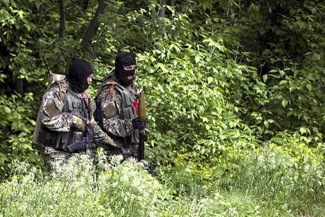 Venäjän-mielisiä taistelijoita asemissaan Slovjanskissa maanantaina.