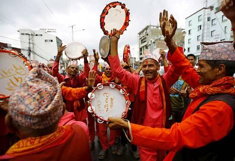 Hindu-aktivistit tanssivat ja lauloivat osallistuessaan Katmandussa mielenosoitukseen, jossa vaadittiin Nepalin julistamista hindulaiseksi valtioksi uudessa perustuslaissa.