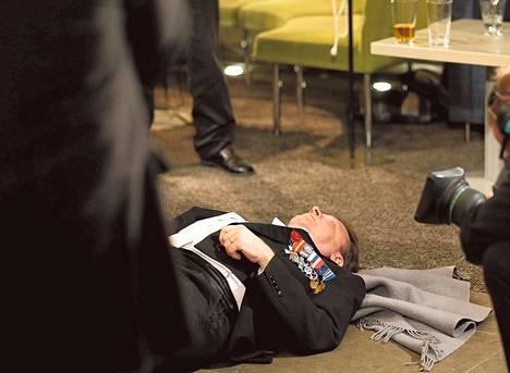 Kansanedustaja Ilkka Kanerva (kok) päätyi taikatempun avustajana makaamaan juhlien jatkopaikan, ravintola Teatterin lattialle.