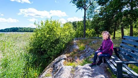 Tukholmassa asuva Liisa Anjum menetti veljensä Lauri Pihlajamaan maaliskuussa. Kävelyt Magelungen-järven rantaan auttavat.