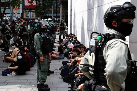 Poliisi istutti kiinniotettuja nuoria kiinni lounasaikaan Hongkongin saarella.