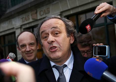 Uefan puheenjohtaja Michel Platini lähdössä urheilun vetoomustuomioistuimen kuulemistilaisuudesta 8. joulukuuta 2015.