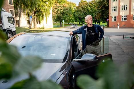 Harald Aasen osti keväällä Teslan. Psykologina toimiva Aasen kertoo, että autonhankinta perustui matematiikkaan.