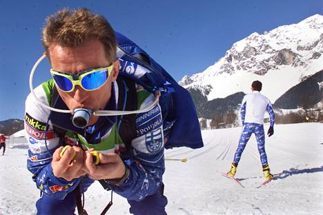 Suomen hiihtomaajoukkueen päävalmentaja Kari-Pekka Kyrö esitteli vuonna 1999 Ramsaun MM-hiihdoissa lisähappimaskia.