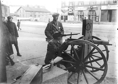 Punaisia konekiväärimiehiä Siltasaarenkatu 6:n edustalla Helsingissä huhtikuussa 1918.
