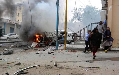 Siviilit juoksivat pakoon räjähdysalueelta Maka al Mukaram -kadulla Mogadishussa sunnuntaina 30. heinäkuuta.