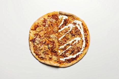 Vasemmalla Helsingin ja Espoon suosituimmat täytteet yhdessä pizzassa: ananas, kinkku, pepperoni, salami, sinihomejuusto ja punasipuli. Oikealla Vantaan pizza ananaksella, kinkulla, pepperonilla, sinihomejuustolla, punasipulilla ja smetanalla.