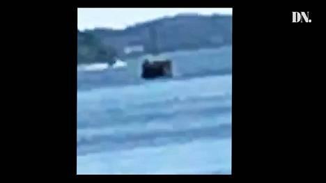 Kuvakaappaus Dagens Nyheterin julkaisemasta videosta, jossa epäiltiin näkyvän sukellusvene Tukholman lähellä.