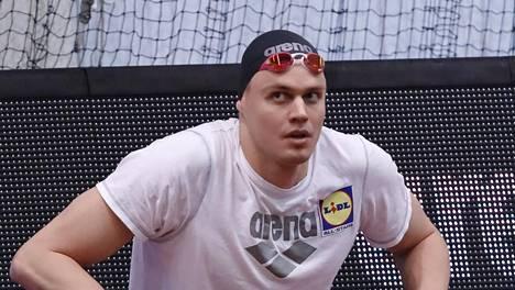 Ari-Pekka Liukkonen ui miesten 4x50 metrin sekauintiviestin voittaneen Cetus Espoon ankkurina.