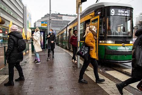 Joukkoliikenteessä oli maanantaina vähemmän ihmisiä kuin edellisellä viikolla.