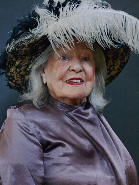 Signe Lehto, 94, on Syntynyt vuonna 1923. Hän on kotoisin Jämsästä. Signe Lehdolla on yllään Acnen silkkinen mekko, Beam. Sulkahattu on vintagea, Penny Lane.