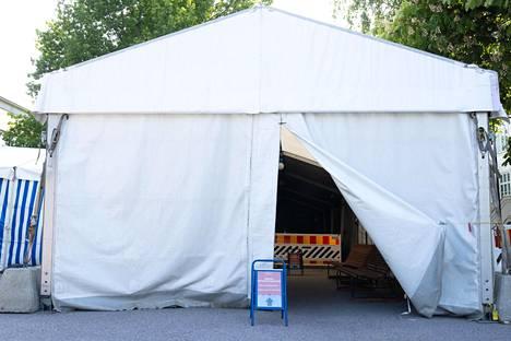 Laakson koronaterveysaseman telttasisäänkäynnillä oli hiljaista maanantaina.